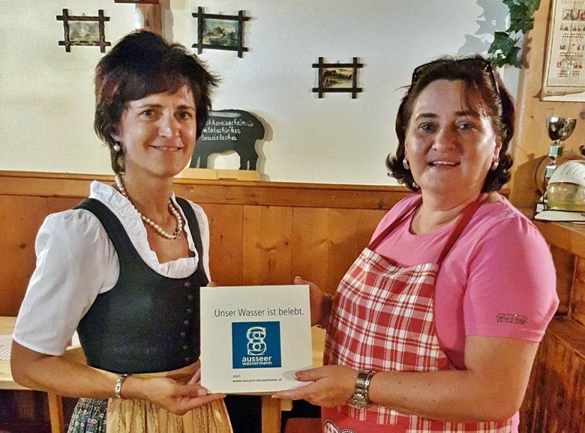 Johanna Köberl vom Ausseer Wassermann mit Gabi Ainhirn, Inhaberin der Mostschänke Sarsteinrast in Bad Aussee.