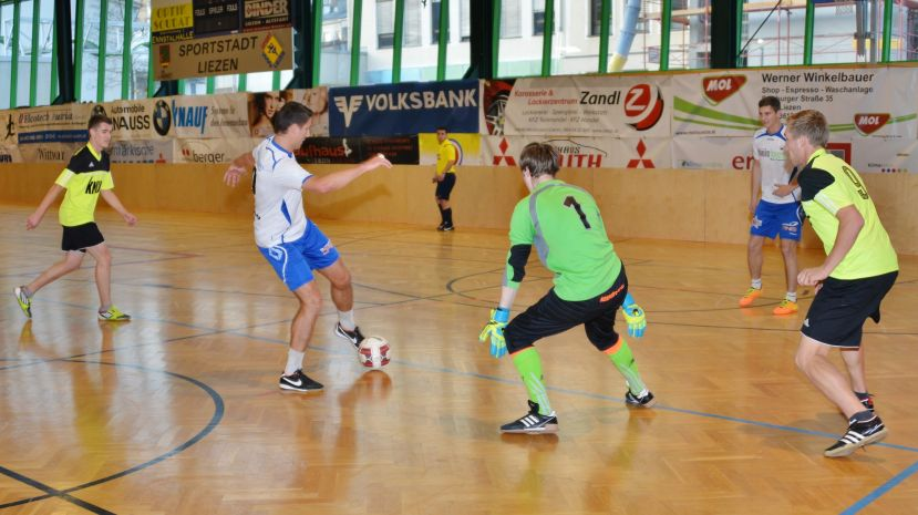 Kids kicken in der Ennstalhalle
