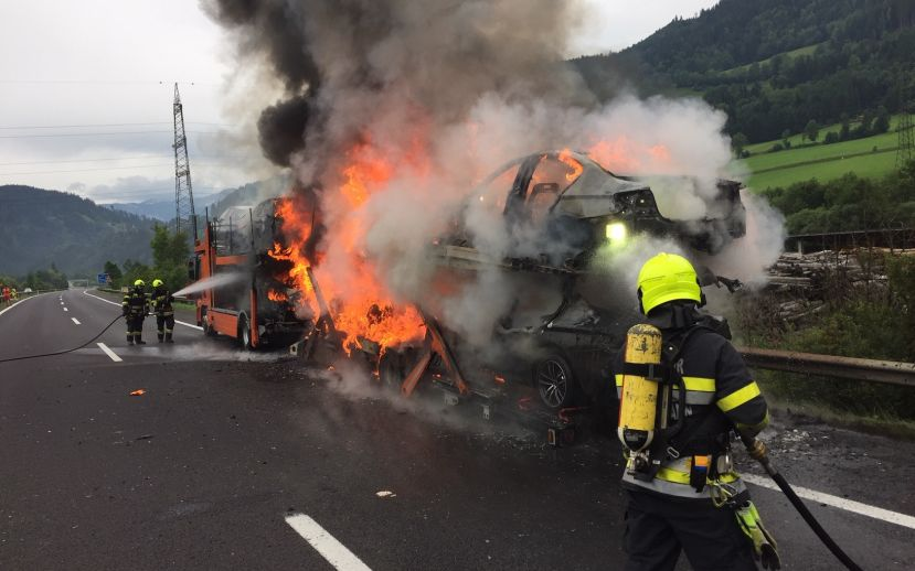 Autotransporter in Brand auf A9